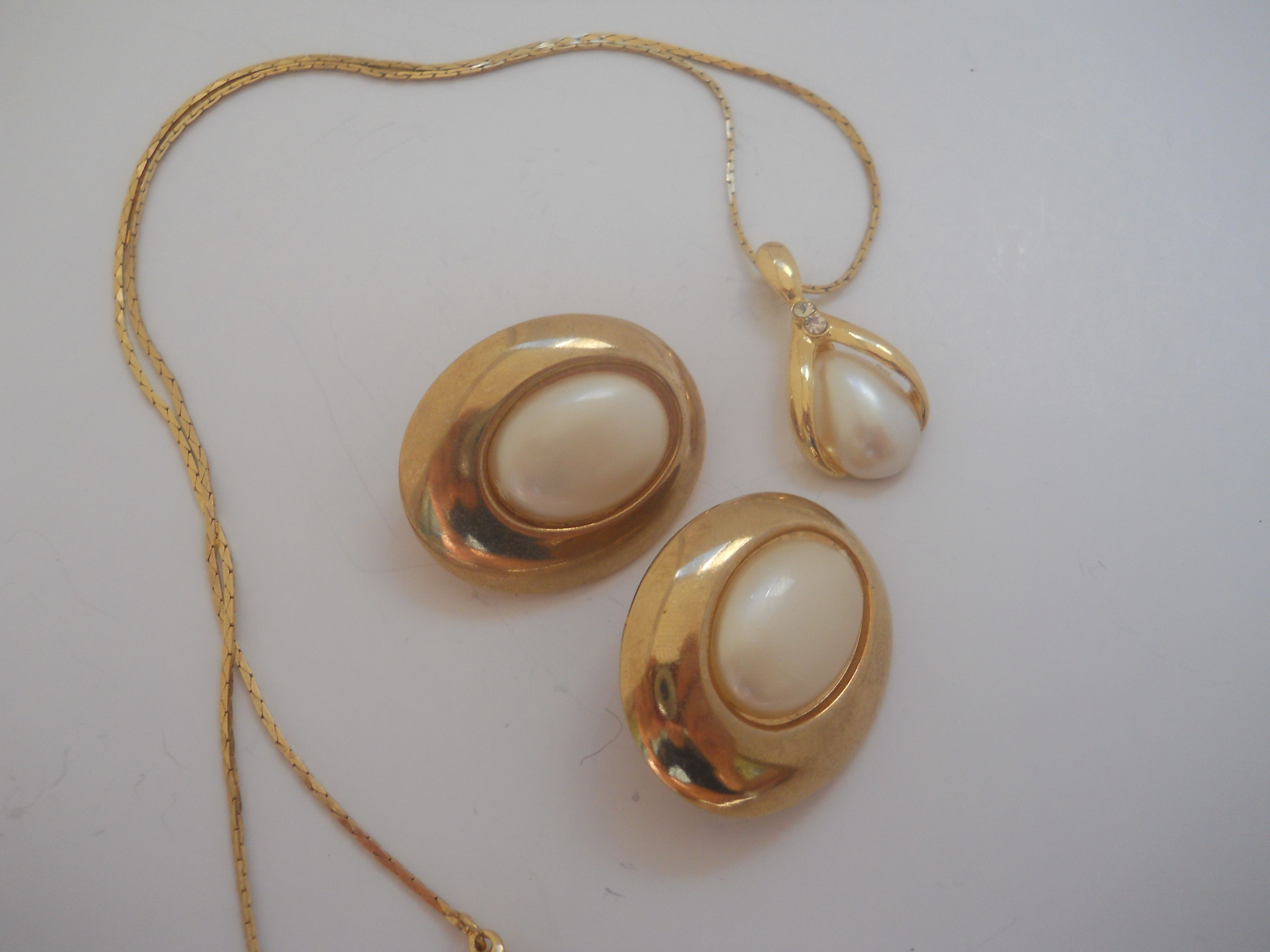 Retro Avon set Believed to be 14k gold but as the only stamp says