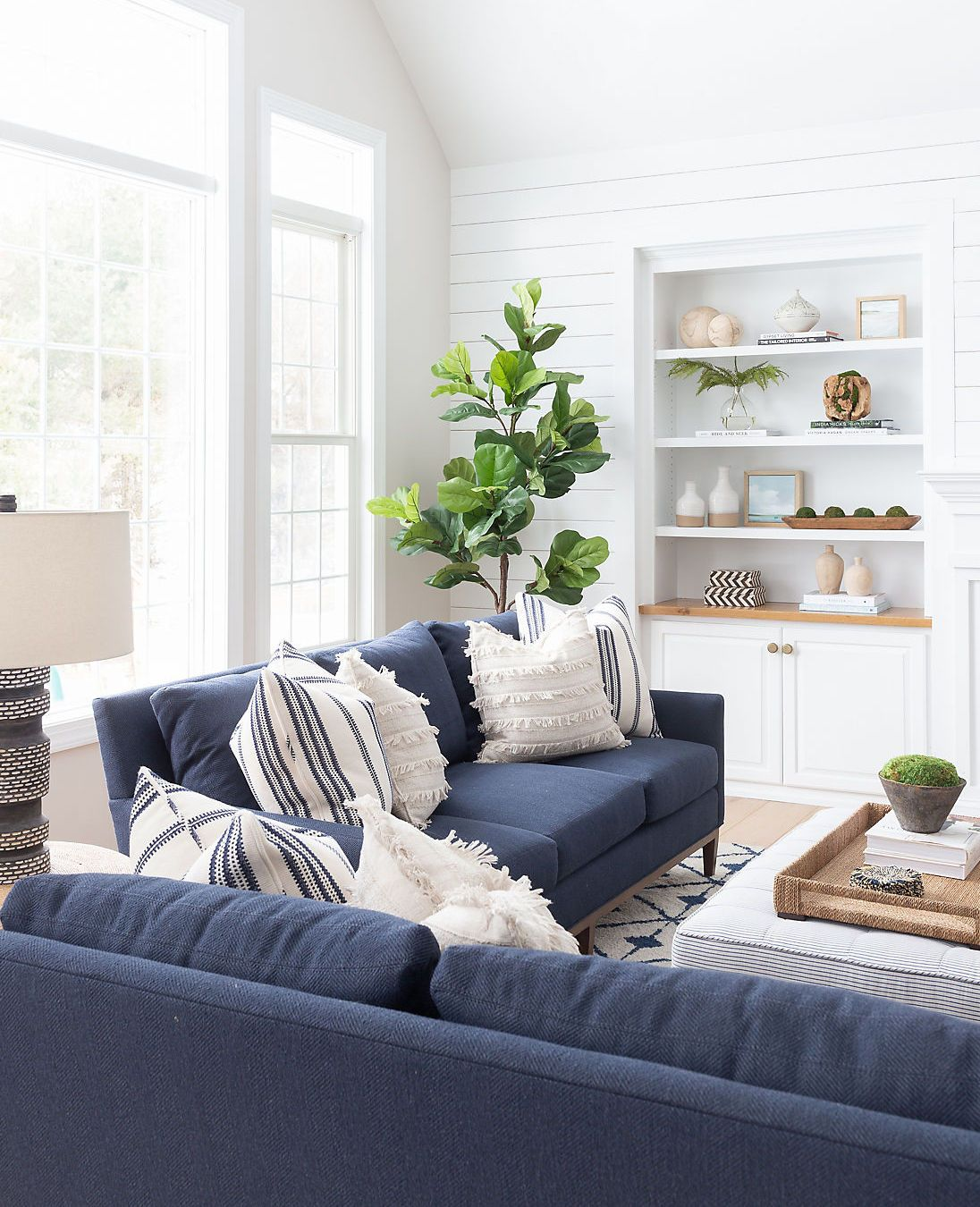 A Pennsylvania Colonial Gets A Breezy Revamp Blue Living Room Decor Navy Sofa Living Room Blue Sofas Living Room