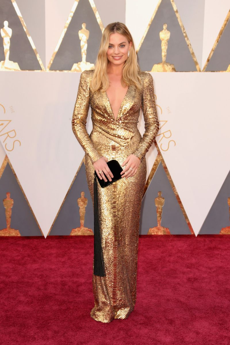 Fashion designer tom ford at the hollywood something or other awards - Margot Robbie Dressed Like The Oscars S Golden Statuette In A Drop Dead Gorgeous Gold Tom