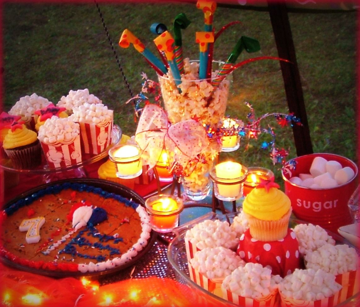 Outdoor movie party with popcorn themed cupcakes!