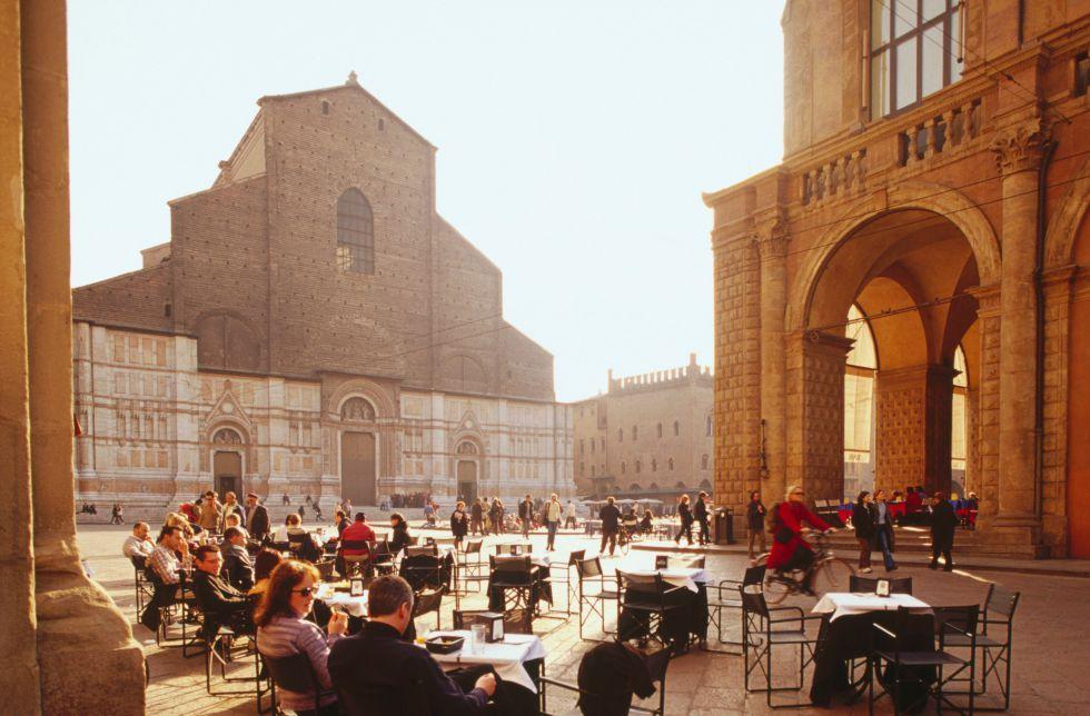 Plaza Mayor de Bolonia con la basílica de San Petronio al fondo.