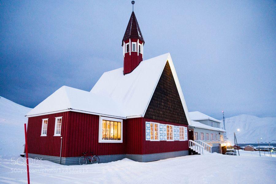 #NorwaySpitsbergenSvalbarda77architecturechurchlongyearbyenmountainnorthredred churchskysnowsonysony a77sony alphatravelwinter #BMartinPR (November 11 2015 at 08:22PM)