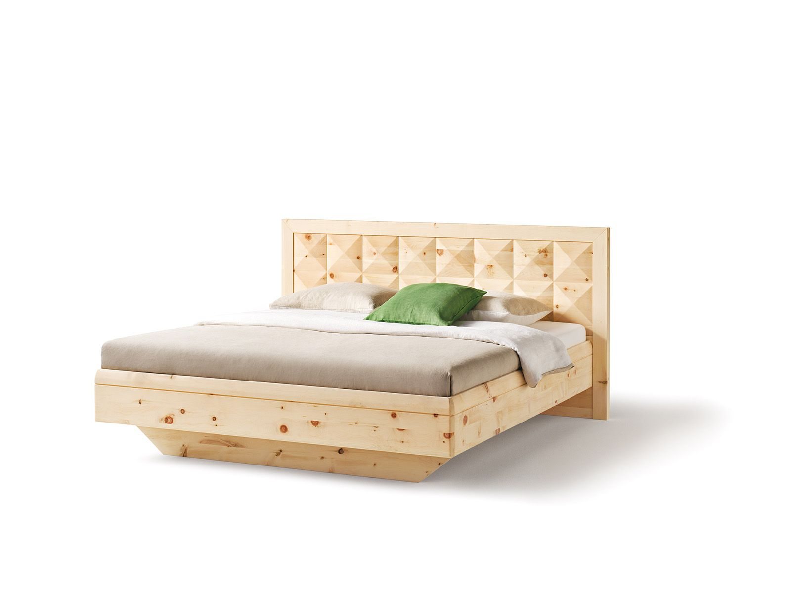 Das durch und durch aus massiver Zirbe bestehende Bett
