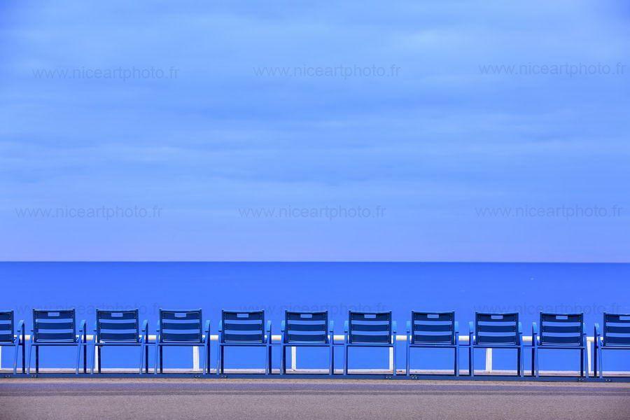 Chaises Bleues Sur La Promenade Des Anglais A Nice Bleu Blue Sea Chaise Chairs Nice France Nice Art De La Photographie
