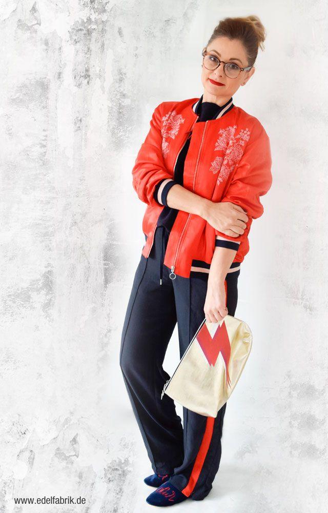 3 Trendteile - ein Look. Rote Pilotenjacke, Sporthose und ...