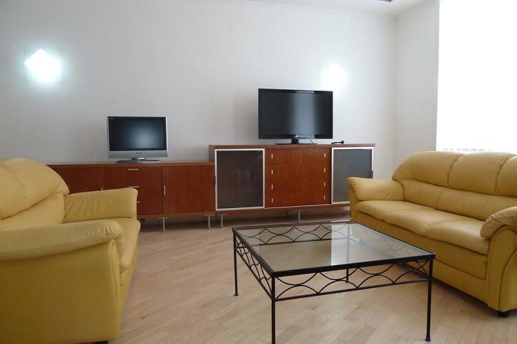 Ponúkame Vám na prenájom 3i byt Bratislava-Staré Mesto, Gorkého ul., 93,85 m2, p. 4 s výťahom.Byt pozostáva z 2 spální, obývacej izby, kuchyne, šatníka a dvoch kúpeľní, jedna s vaňou a toaletou, druhá so sprchovacím kútom a toaletou.V cene nájomného je aj kompletné zariadenie moderným nábytkom, elektrospotrebičmi v kuchyni, televízorom a satelitným prijímačom. 1200,-€