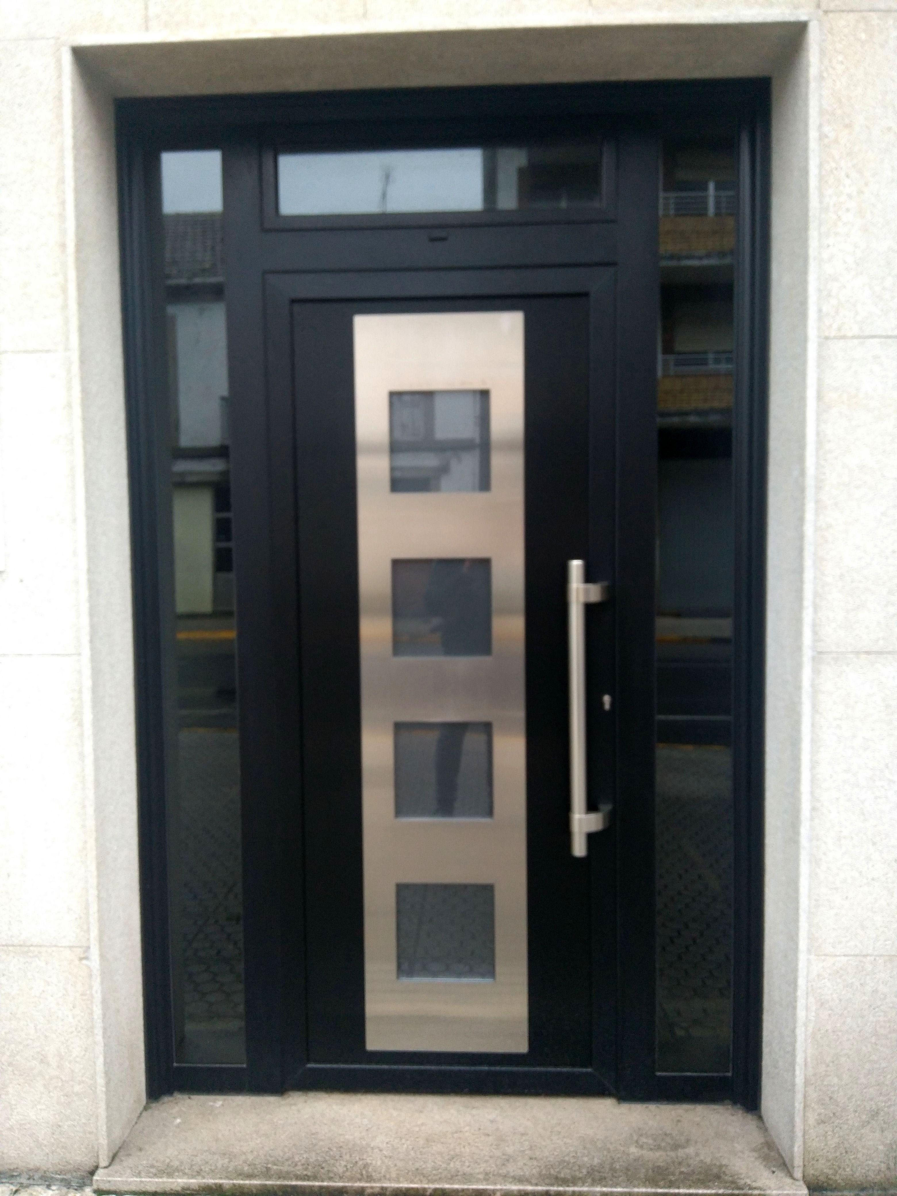 Avant garona glaciar lacado adorno acero indupanel for Puertas en aluminio modernas