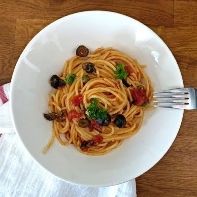 Pakanan Köökissä: Kevytkenkäistä pastaa, eli Pasta alla Puttanesca