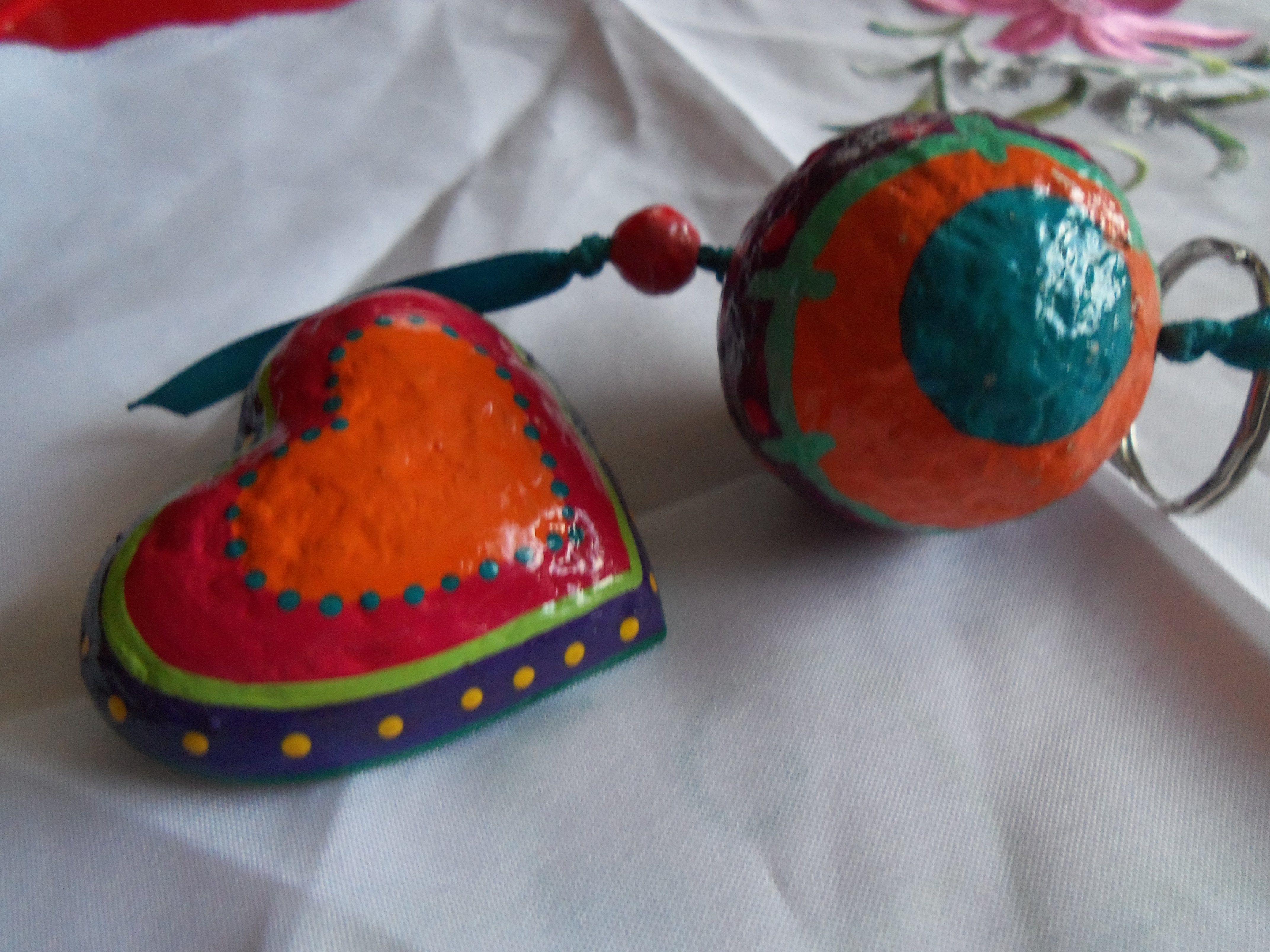 Planeta y Corazón de Papel Mache ... Hermosos regalitos.