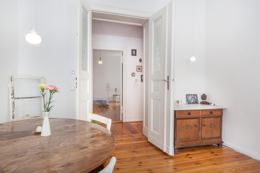 Altbau-Einrichtungsidee Schönes Wohnzimmer mit hohen Decken