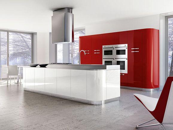 Cucina lineare moderna con estremità stondate laccato rosso lucido ...