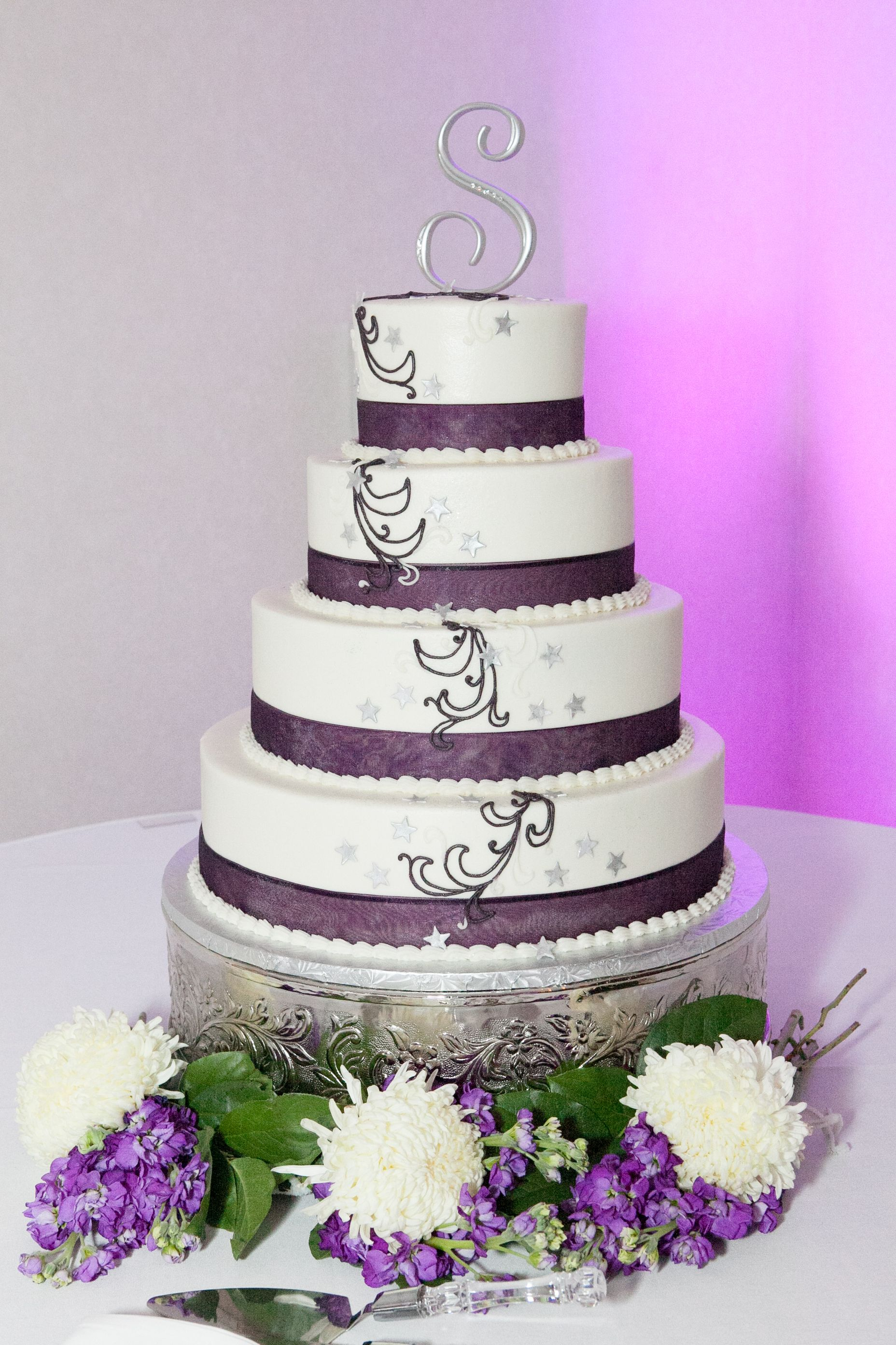 Love these classic violet ribbons on this glaxy themed wedding cake ...