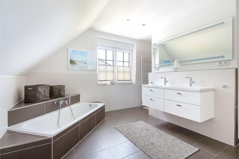Modernes Bad mit #Doppelwaschbecken und #Badewanne - ECO ...