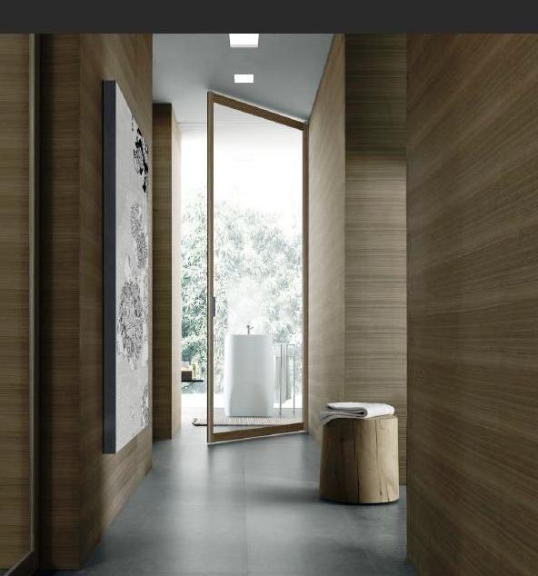 Holzwand & dunkler Fensterrahmen