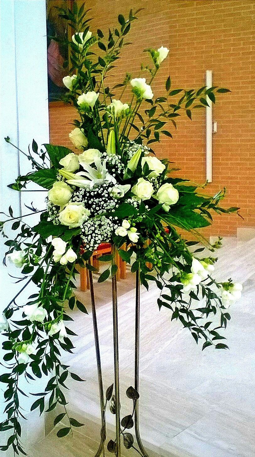 Beautiful Wispier Standing Arrangement Perfect For Funeral Church White Flower Arrangements Large Flower Arrangements Wedding Flower Arrangements Church