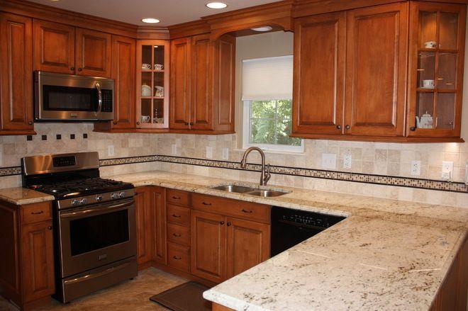 Small Kitchen With Colonial Maple Cabinets Google Search Cocinas De Casa Cocinas Muebles