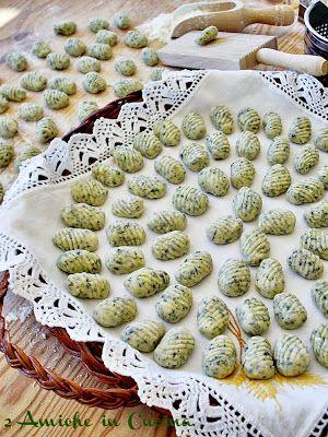 2 Amiche in Cucina: Gnocchi alla Borragine con Salsiccia e Parmigiano