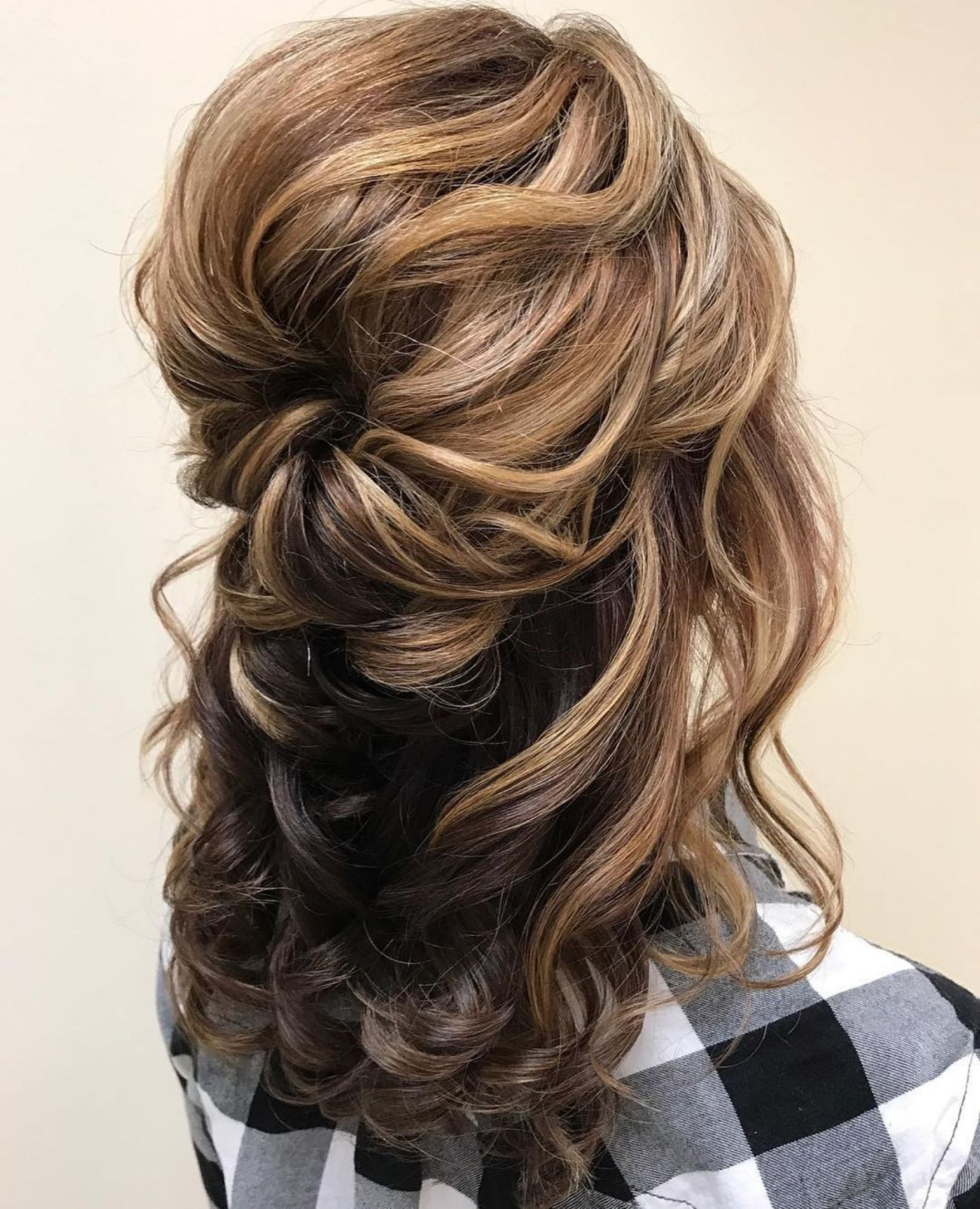 Voluminous Wavy Half Up Hairstyle Mother Of The Groom Hairstyles Hair Styles Mother Of The Bride Hair