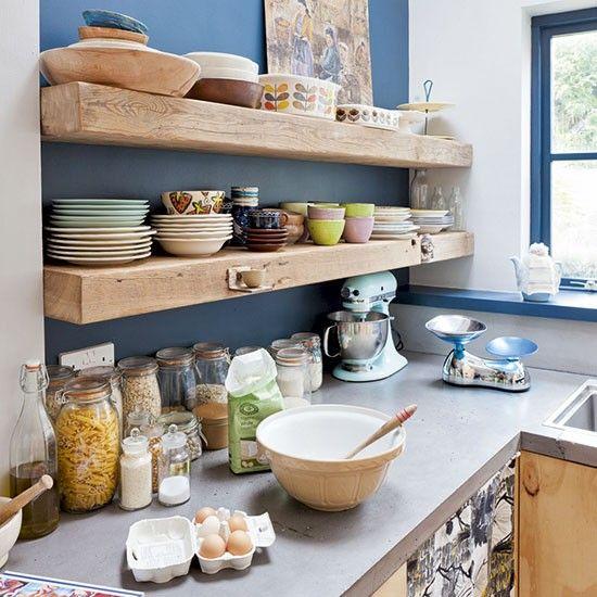 sur le mur peint en bleu d'une cuisine, au-dessus du plan de ... - Plan De Travail Mural Cuisine