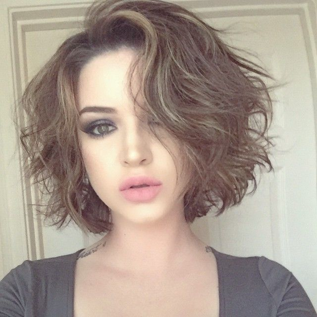 20 Feminine Short Hairstyles For Wavy Hair Easy Everyday Hair Styles Messy Short Hair Short Hair Styles For Round Faces Haircuts For Wavy Hair