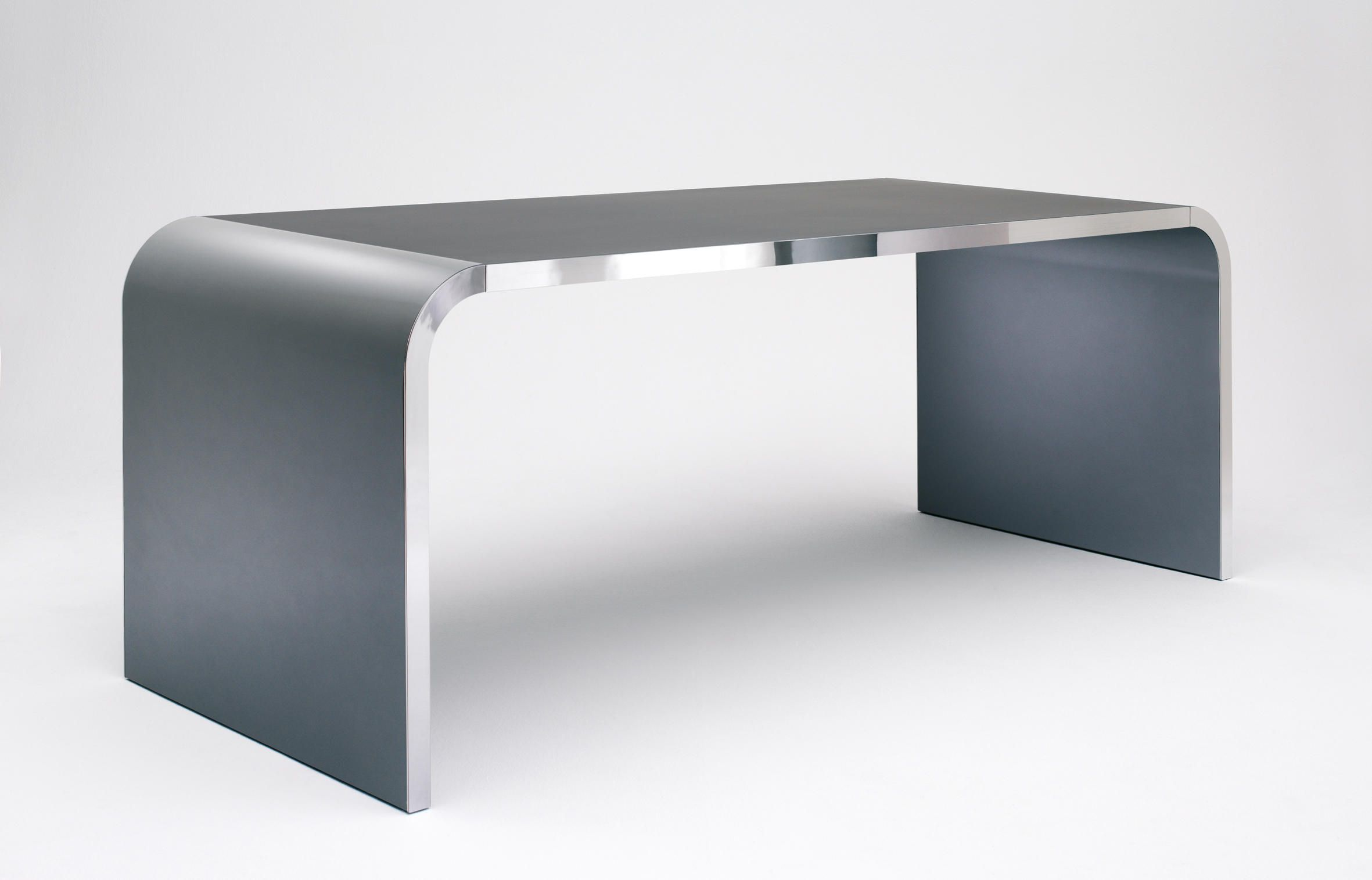The 76 cm high desk type M10 is offered in two different dephts - 80 and 95 cm. Width is available in either 160, 180, 200 and 240 cm as a standard -..