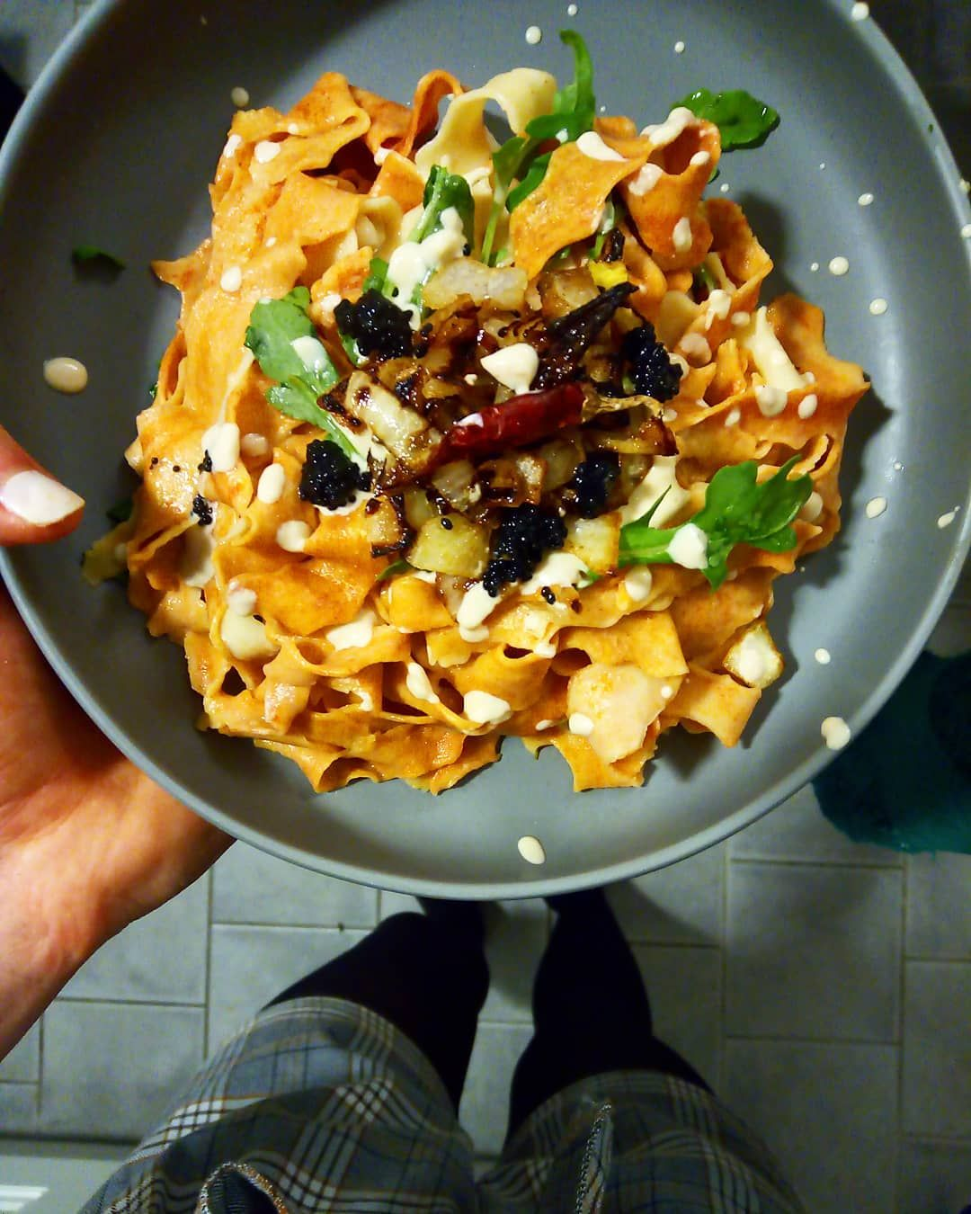 Homemade fresh pasta 🤤 I used paprika to make the pasta a little orange. With a mustard and parmesan sauce, caramelized onions, arugula, seaweed caviar