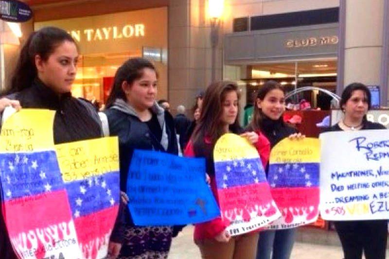 ¡HERMOSO! Estudiantes en Boston realizan acto solicitando apoyo ante crisis de Venezuela