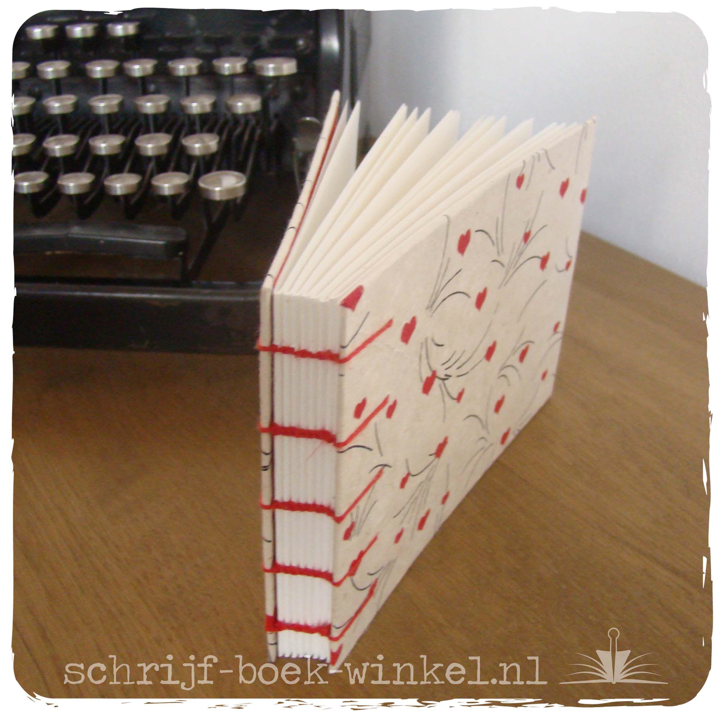 Koptisch gebonden handgemaakt notitieboek. Kaft bekleedt met hartjespapier. Mail voor beschikbaarheid info@schrijf-boek-winkel.nl