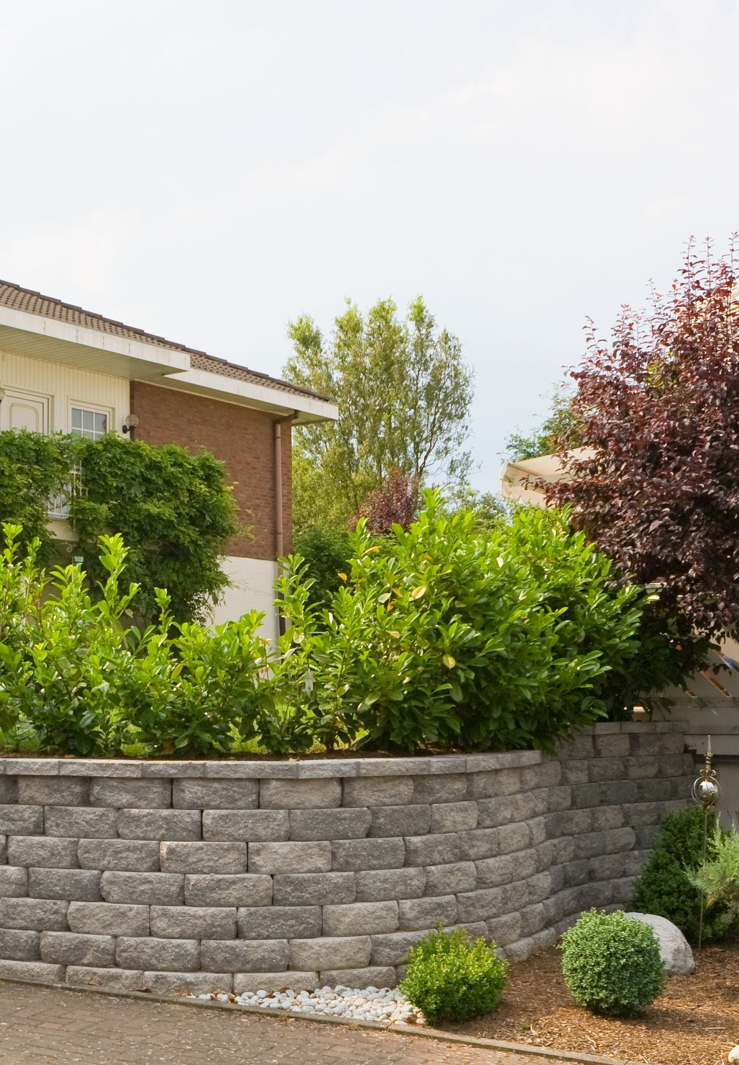 Diese Gestaltung Garantiert Sichtschutz Und Sieht Schick Aus Auf Dem Grundstuck Die Halbhohe Mauer Mit Entsprechender Be Bepflanzung Vorgarten Vorgarten Ideen