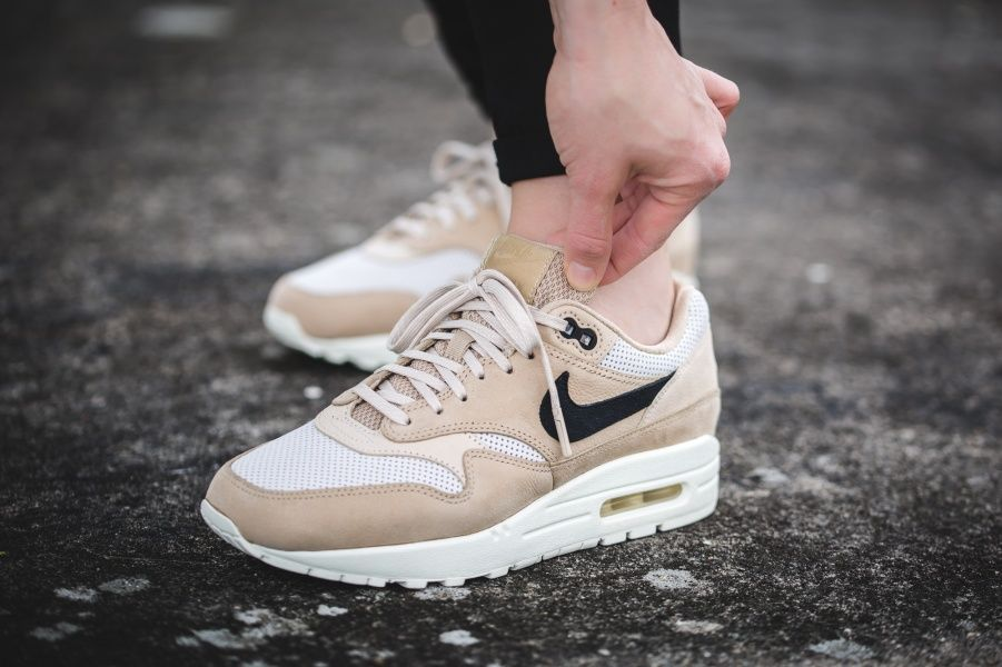 nike air max 90 trainers in mushroom