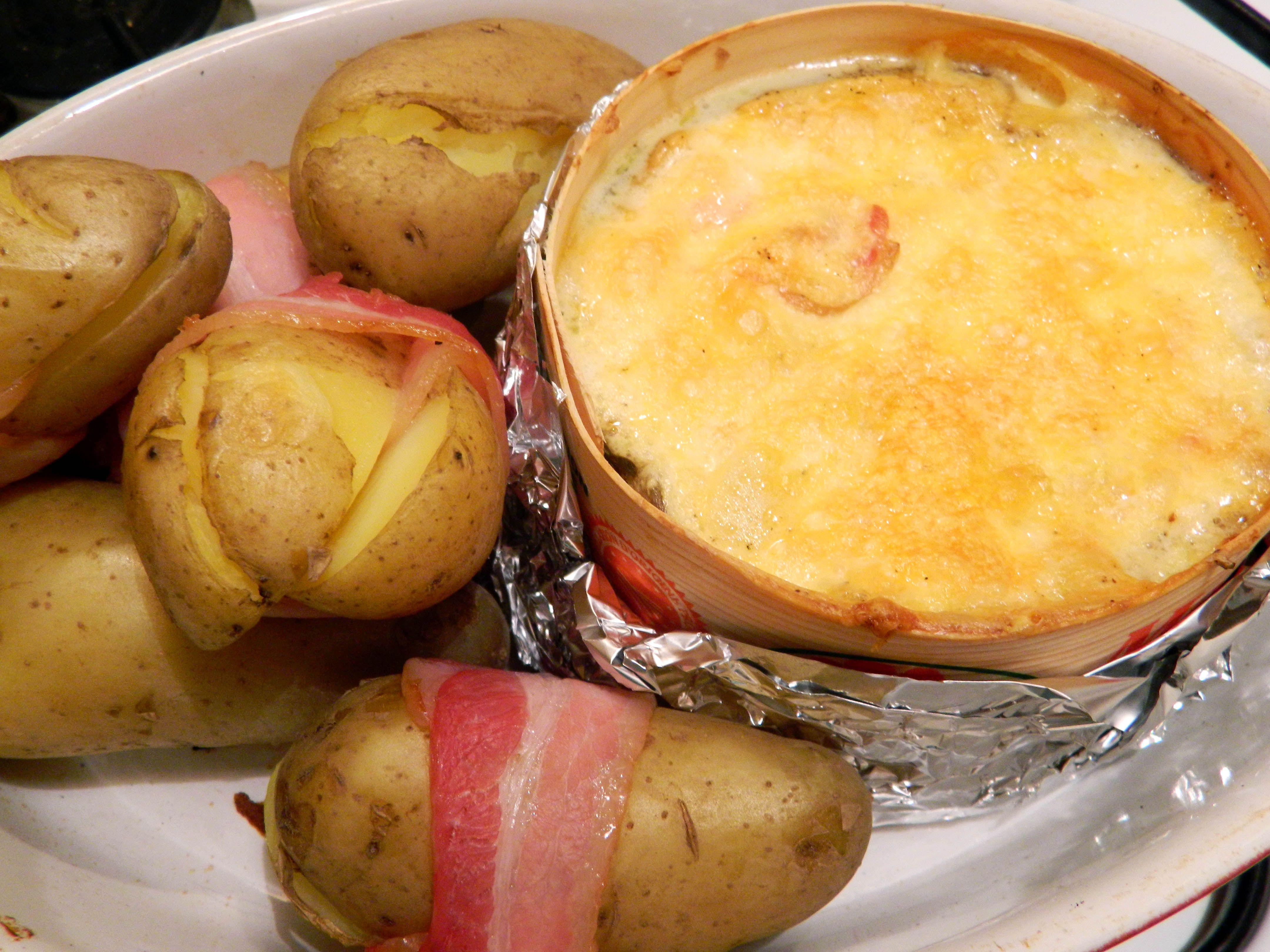 bo te chaude avec ses pommes de terre entour es de lard mmm montdor franchecomte fromage. Black Bedroom Furniture Sets. Home Design Ideas
