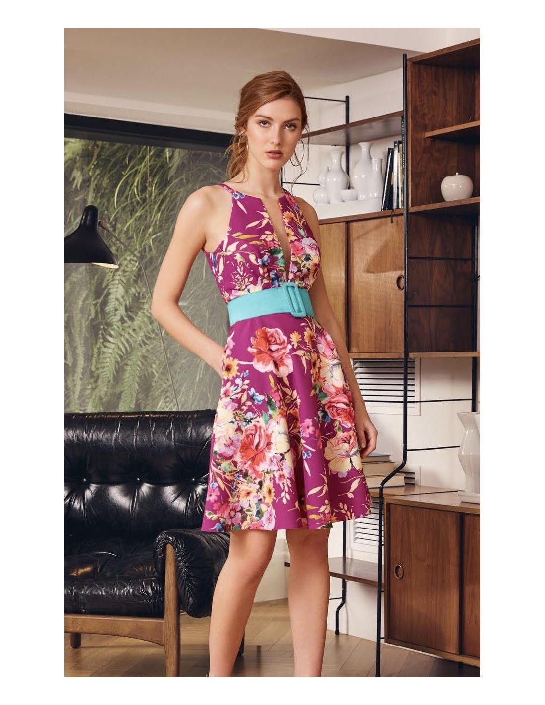 24c6e9d743 Vestido Freya - Vestido corto en color buganvilla con estampado de flores.  Escote en V