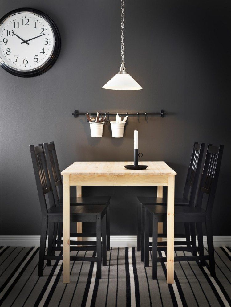 Ingo Esstisch aus massivem Kiefer mit schwarzen Stühlen kombiniert ...