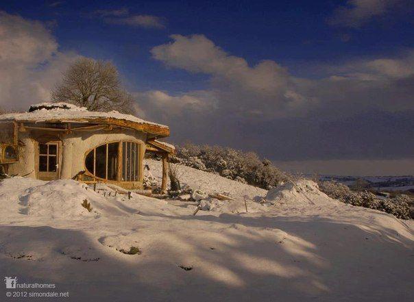 Как приятно просыпаться под солнцем, льющимся в окно дома из тюков соломы, что вы построили с вашей молодой семьёй, когда оно открывает вид на валлийские долины. Это новый дом Саймона Дейла в экопоселении Ламмас [www.lammas.org.uk]. Он обошелся в  $6000. Вы можете посмотреть видео о первом доме Саймона здесь http://youtu.be/Z1nlZDf9wPw и прочитать о домах, что он строит здесь: www.naturalhomes.org/ru/simondale.htm. Вы можете добавить эту картинку в вашу коллекцию Pinterest.