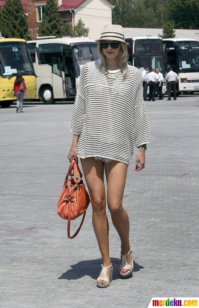 Lena Gercke Pacar Dari Pemain Timnas Jerman Sami Khedira Tiba Di Bandara Lviv Sebelum Pertandingan Pertama Grup B Jerman Lovely Legs Beautiful Legs Beautiful Models