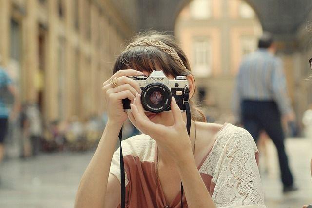 Chica haciendo fotos
