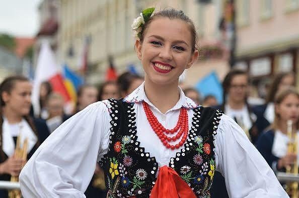 ثقافة وفنون صورة لفتاة بولندية خلال تظاهرة جابت شوارع مدينة جيشوف لعرض عادات وتقاليد الأعراق المختلفة التي تعيش في بولند Fashion Statement Necklace Instagram