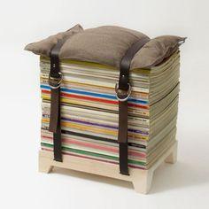 Ein Stuhl aus alten Zeitschriften, zwei Gürteln und einem Kissen
