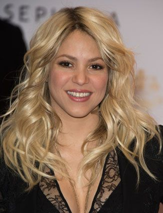 Top 15 Wavy Hairstyles Shakira Lets Her Wavy Blonde Hair Flow