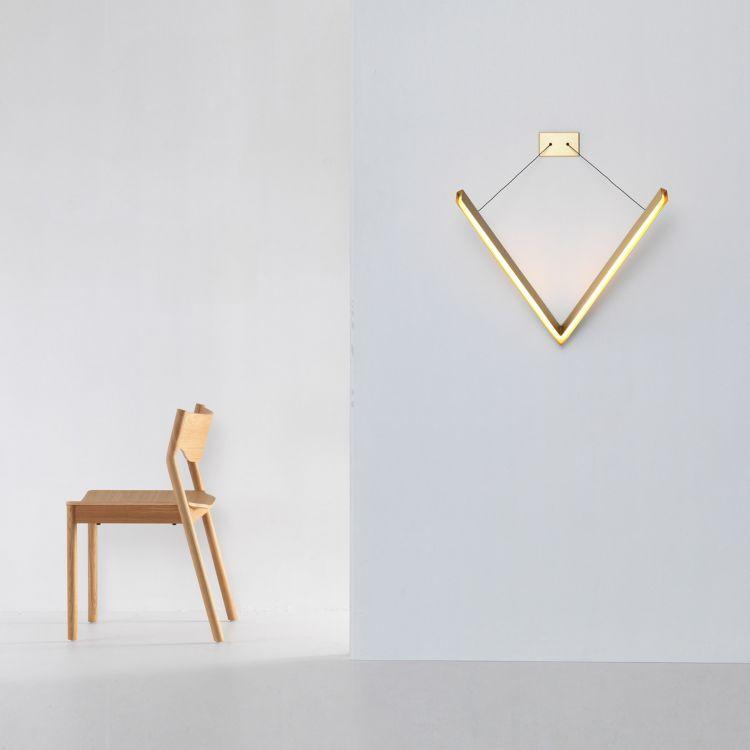 La lampe V est une structure en porte à faux fabriquée en laiton. Ses bras forment un triangle équilatéral dans l'espace. La lampe est maintenue par deux câbles ajustable, permettant à la structure une multitude de positions. Design - Resident studio #luminaire #mural #moaroom