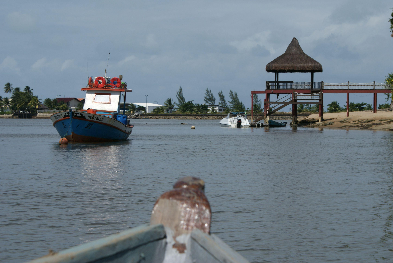A praia mais urbanizada caracteriza-se por águas tranquilas, ideal para a prática de vários os tipos de esportes náuticos.
