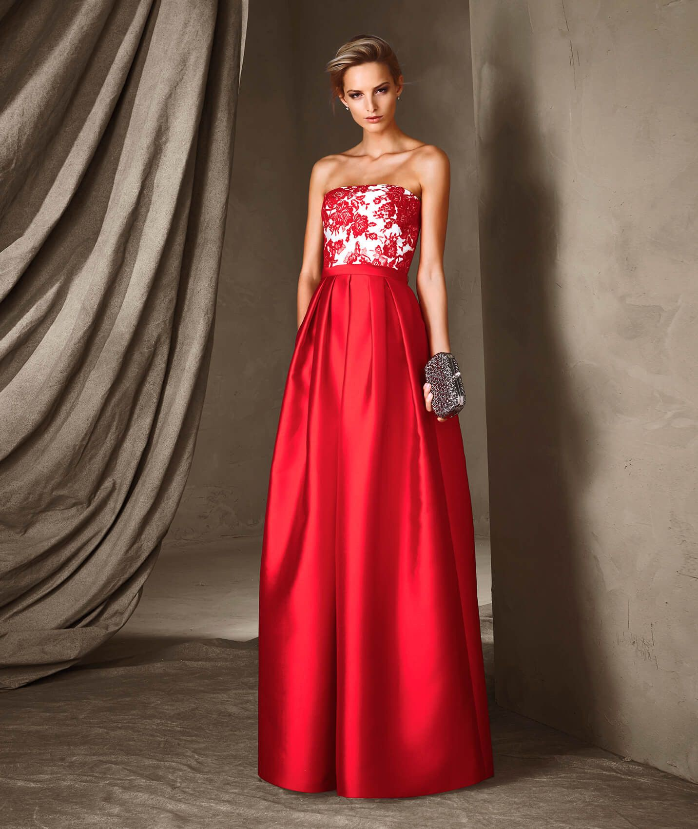 2a4dcb514ba Une élégante robe longue en mikado et dentelle qui associe les couleurs  pour créer un modèle sublime. Découvrez CANDELA de la collection Robes de  soirée.