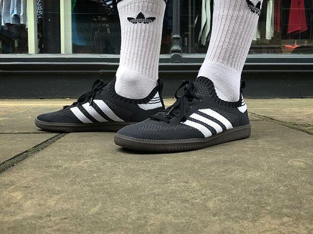 El @ adidasoriginals Samba PK Sock en negro primeknit (90) ideal