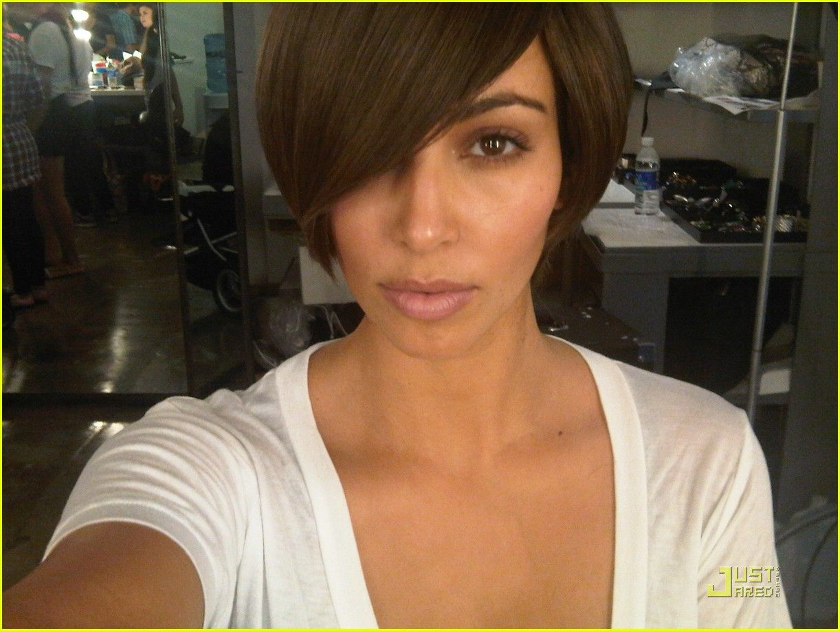 Kim Kardashian Sports Super Short Hair Kim Kardashian Hair Kim Kardashian Short Hair Short Hair Styles