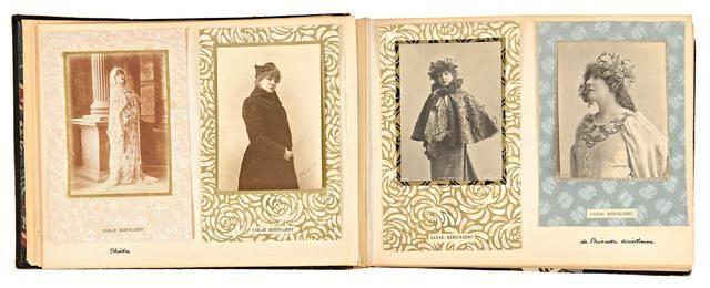 Sarah Bernhardt Album retraçant sa vie et sa carrière à travers des photographies, cartes-cabinet, cartes de visite, cartes-photos, cartes-postales, programmes, reproductions de gravures, coupures de presse… c. 1860-1920 Dans : Izeïl, Phèdre, La Dame aux camélias, Macbeth, Pauline Blanchard, Jeanne d'Arc, La Samaritaine, La Princesse lointaine, Fédora, L'aiglon, La ville morte, Hernani, Théodora, La gloire… Au Brésil, en tournée, en vacances, à cheval, dans son lit-cercueil, obsèques…