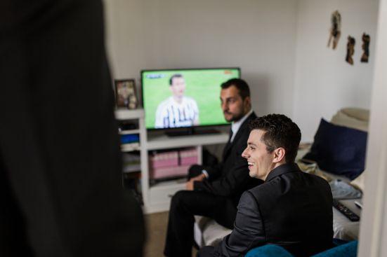 casamento denise & lessandro-noivo e padrinho vendo futebol