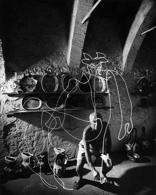 Pablo Picasso Dibujando Un Centauro Con Un Lapiz De Luz Vallauris 1949 Picasso Light Painting Pablo Picasso Drawings Picasso Paintings