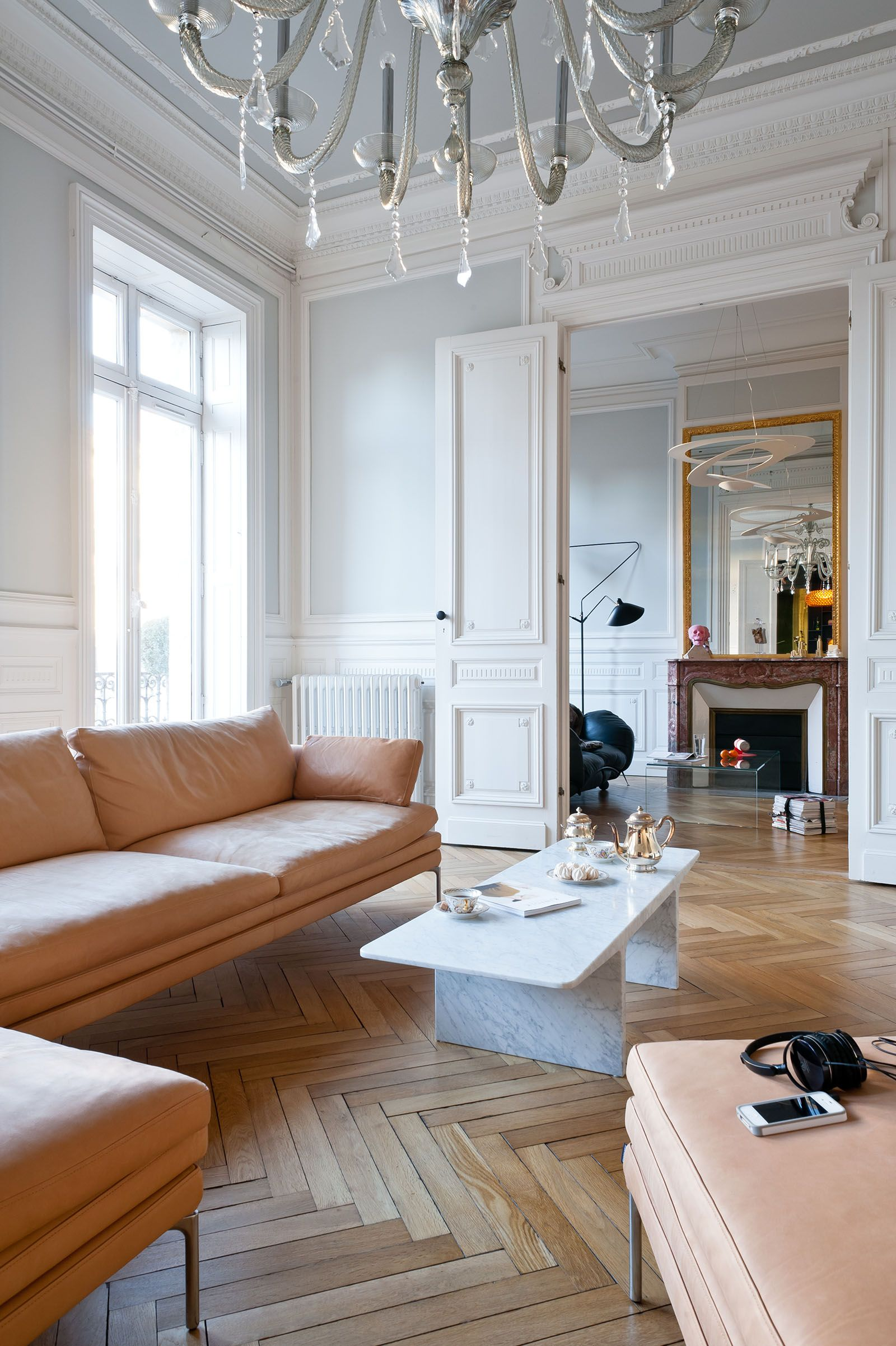 Salon avec ornements r am nag dans appartement haussmannien bordeaux par l 39 architecte d - Salon d interieur ...