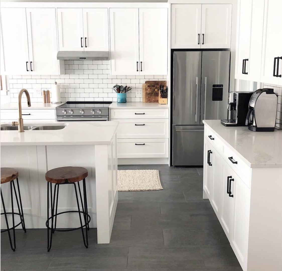 Farmhouse goals! A bright white kitchen toned down with