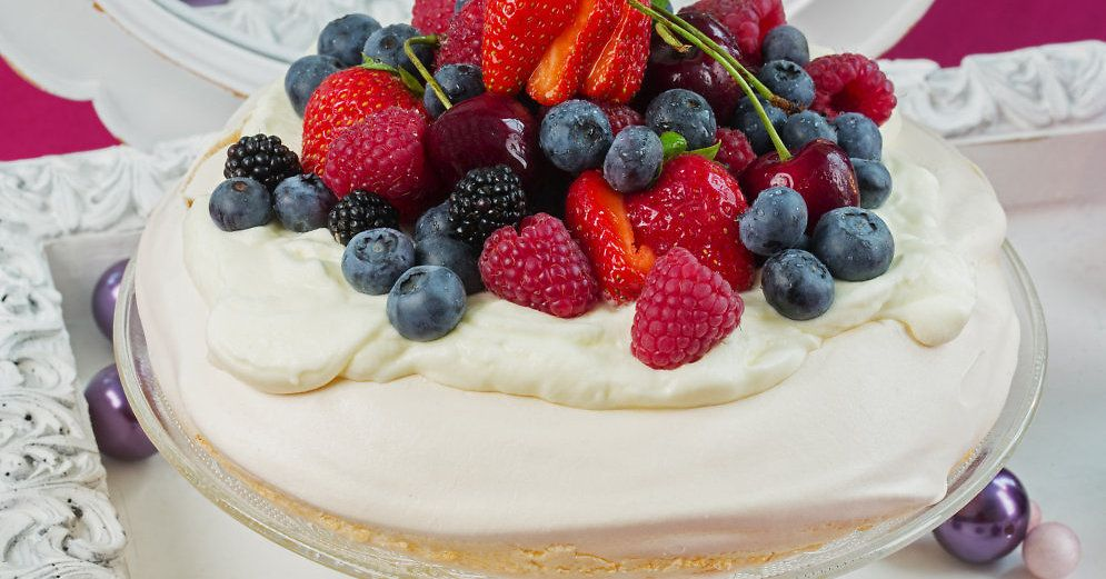"""Torte """"Pavlova"""" ir maigs bezē biskvīts, kas ārpusē veido kraukšķīgu garoziņu, bet iekšpusē saglabā mīkstu, zefīram līdzīgu konsistenci."""
